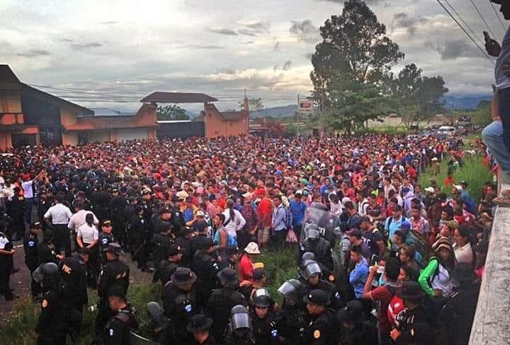 Crisis humanitaria obliga a hondureños a huir de su país